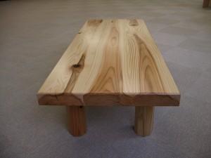 赤み(心材)と白み(辺材)の色合いを生かしたテーブル